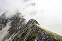 Autriche, État de Salzbourg, Filzmoos, Montagnes dans le brouillard — Photo de stock