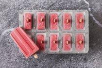 Hausgemachte Erdbeereislollies im Tablett — Stockfoto