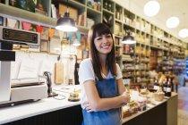 Портрет усміхнена жінка в магазині — стокове фото