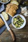 Bruschetta et divers ingrédients, pain, courgettes et ail — Photo de stock