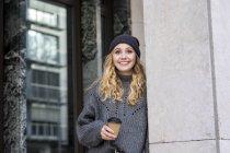 Retrato de mulher jovem na moda com café para ir no outono — Fotografia de Stock