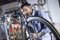 Людина, що працює на велосипеді в майстерні — Stock Photo