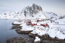 Noruega, Lofoten, Hamnoy durante el día - foto de stock