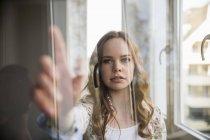 Portrait d'une adolescente utilisant un appareil portable futuriste — Photo de stock