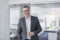 Портрет счастливого бизнесмена в офисе — стоковое фото