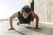 Atleta in forma facendo flessioni al fiume — Foto stock