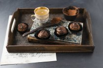 Queques pequenos com creme do chocolate e pó de cacau — Fotografia de Stock