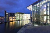 Германия, Берлин, вид на здание Пауля-Лозанны и здание Мари-Эйзенхауэр-Людерс при свете — стоковое фото