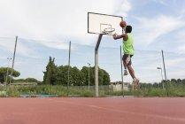 Young man playing basketball — Stock Photo