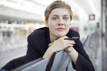 Portrait de femme d'affaires blonde — Photo de stock