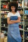 Ritratto di donna sorridente in piedi in un negozio — Foto stock