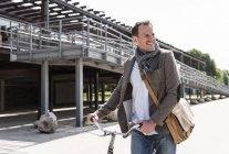 Homem maduro com bicicleta — Fotografia de Stock