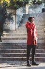 Италия, Верона, турист разговаривает по смартфону на улице — стоковое фото