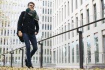 Содержание деловой прогулки по городу осенью — стоковое фото