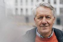Retrato de homem idoso confiante ao ar livre — Fotografia de Stock