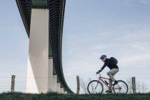 Старший велосипед, под мостом — стоковое фото