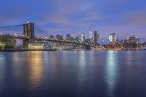 USA, New York, Manhattan, Brooklyn, paesaggio urbano con Brooklyn Bridge di notte — Foto stock