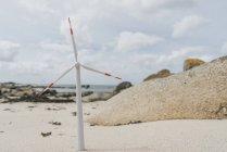 Francia, Bretagna, Meneham, turbina eolica in miniatura in spiaggia — Foto stock