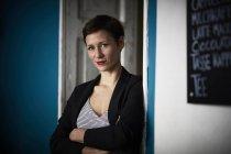 Ritratto di una donna d'affari appoggiata alla porta — Foto stock
