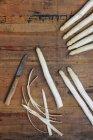 Peeling di asparagi bianchi con coltello da cucina — Foto stock