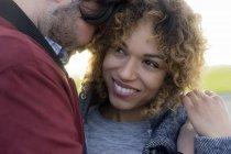 Портрет Усміхаючись молодої пари близькі разом на відкритому повітрі — стокове фото