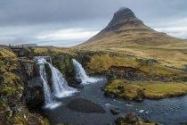 Исландия, Snaefellsnes, Водопад Киркюфельфосс в дневное время — стоковое фото