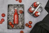 Ice-охолоджених домашній Томатний сік у верхній частині пляшки гойдалки — стокове фото