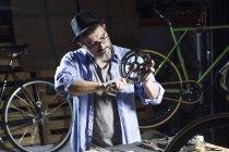 Людина, що працює на педаль велосипеді в майстерні — стокове фото