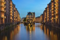 Allemagne, Hambourg, Wandrahmsfleet au quartier d'Old Warehouse à l'heure bleue — Photo de stock