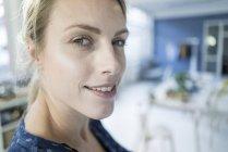 Portrait de femme souriante en loft — Photo de stock