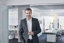 Портрет уверенного бизнесмена в должности — стоковое фото