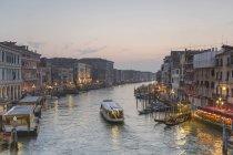 Italia, Venezia, paesaggio urbano con Canal Grande al crepuscolo — Foto stock