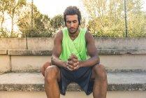 Basketballspieler hört Musik, Kopfhörer und Augen zu — Stockfoto