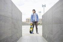 Giovane skateboard in città — Foto stock