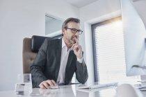 Empresário trabalhando na mesa no escritório — Fotografia de Stock