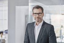Retrato de empresário confiante no cargo — Fotografia de Stock