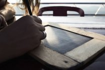Mujer escribiendo en pizarra, primer plano - foto de stock
