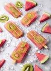 Sucettes de glace kiwi à la pastèque maison — Photo de stock