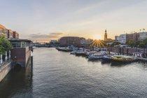 Germania, Amburgo, porto interno con la chiesa di St. Michaelis sullo sfondo — Foto stock