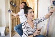 Счастливая пара ремонтирует новый дом — стоковое фото