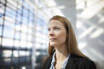 Retrato de jovem empresária — Fotografia de Stock