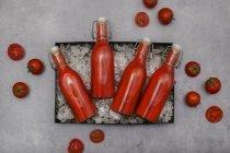 Лід-охолоджений Томатний сік в Top гойдалки пляшки — стокове фото