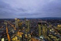 Німеччина, Франкфурт, вид з Maintower фінансового округу, Блакитна година — стокове фото