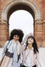Spagna, Barcellona, ritratto di due donne felici che camminano in città — Foto stock