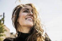 Ritratto di donna felice con i capelli che soffiano — Foto stock