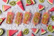 Homemade watermelon kiwi ice lollies - foto de stock