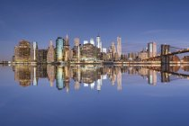 Estados Unidos, Nueva York, Manhattan, Brooklyn, paisaje urbano con Brooklyn Bridge - foto de stock