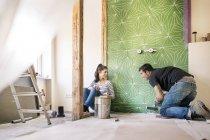 Couple renovating new flat — Stock Photo
