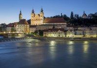 Österreich, Oberösterreich, Steyr, Fluss enns und St. Michaelskirche zur blauen Stunde — Stockfoto