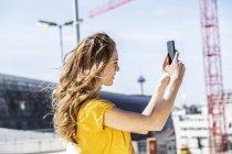 Donna scattare selfie con smartphone — Foto stock
